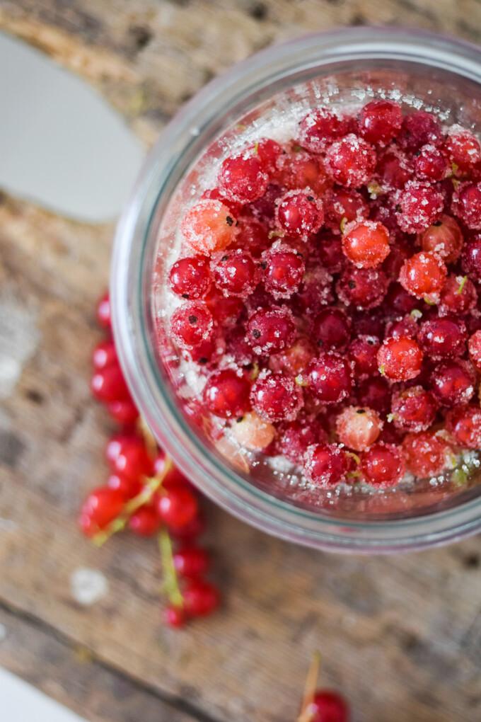 Sugared redcurrants for desserts