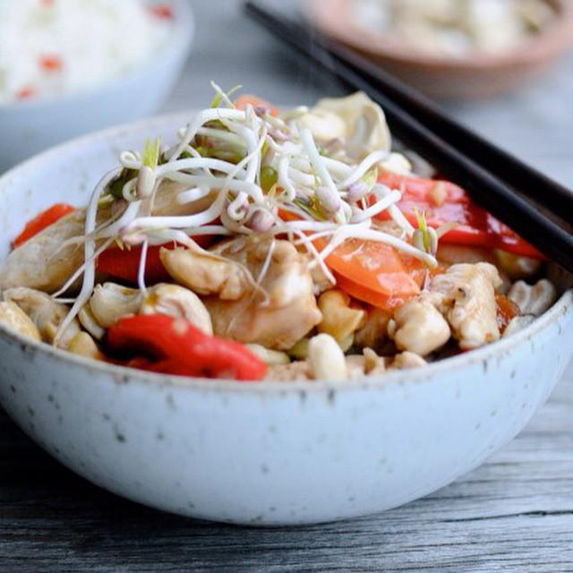 Dinner is served. Thai chicken with cashews and cauliflower rice. #juliekarladk #karlasnordickitchen