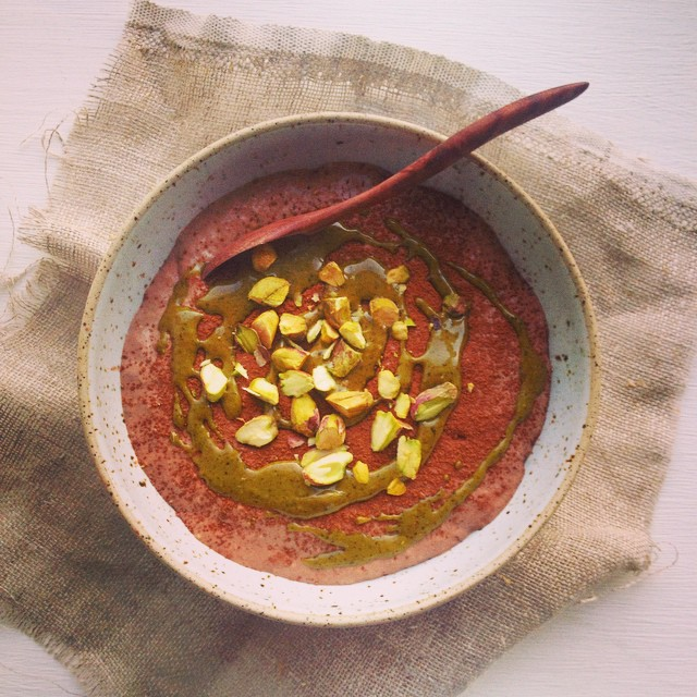 I love chia porridge in the morning. This morning I'm having a banana-cocoa chia porridge with pistachios and pistachio butter. A perfect start! #chia #chiaporridge #porridge #banana #pistachios #healthybreakfast #karlasnordickitchen #juliekarladk