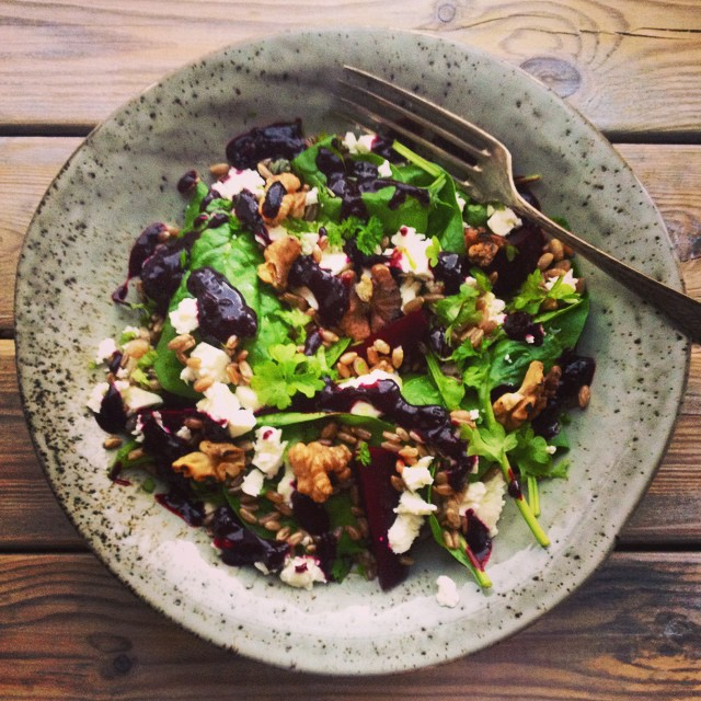 Healthy lunch salad with spinach, beetroot, toasted walnuts, feta cheese and rye. AND a beautiful blackcurrant dressing! Yum! #healthysalad #spinach #fetacheese #rye #blackcurrant #walnuts #karlasnordickitchen #salad #juliekarladk