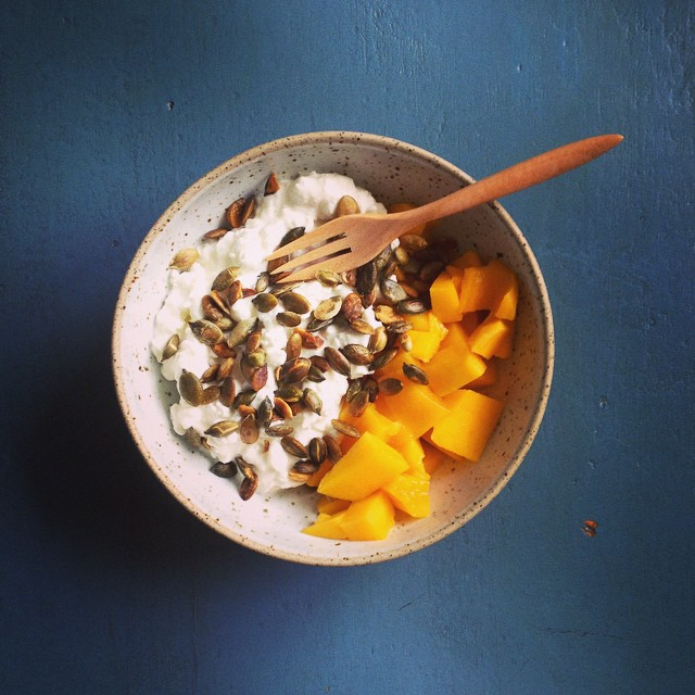My favorite after breakfast before lunch snack! Thanks for introducing me @camomillah for this perfect kombo! Sweet organic mango with cottage cheese and toasted pumpkin seeds. #mango #cottagecheese #snack #healthysnack #karlasnordickitchen #juliekarladk