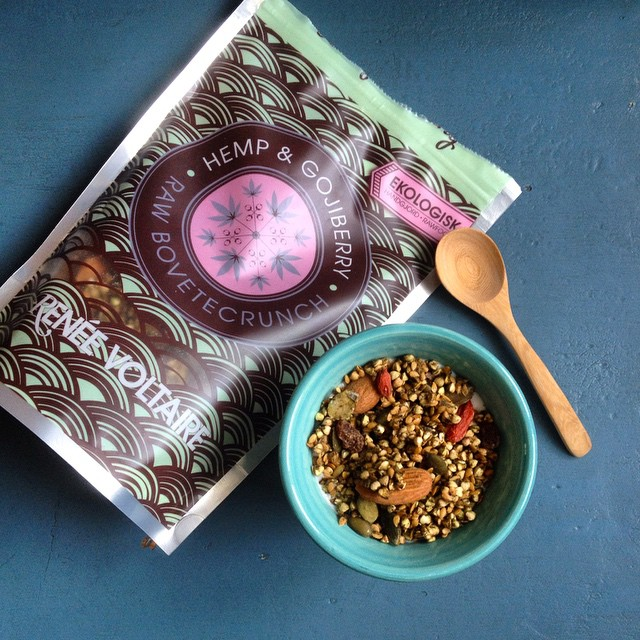 Bought a new müsli the other day at my favorite supermarket #greenmatmarkmad. Definitely one of the best store-bought  müsli I've tried. Raw and crunchy buckwheat with hemp seeds and goji berries. Yum!